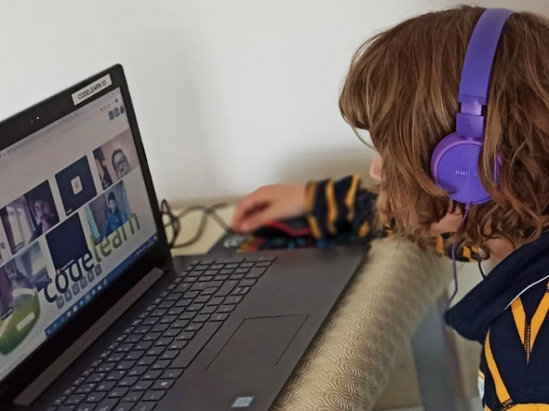 Challenges of distance education and Codelearn's online extracurricular activity